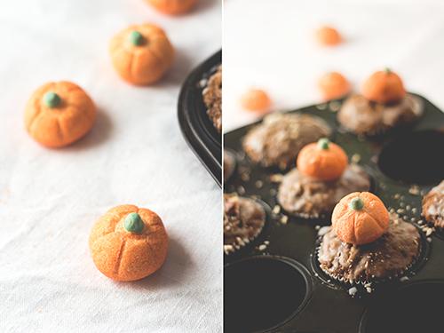 Kürbis-Haselnuss-Muffins mit Zuckerguss-close